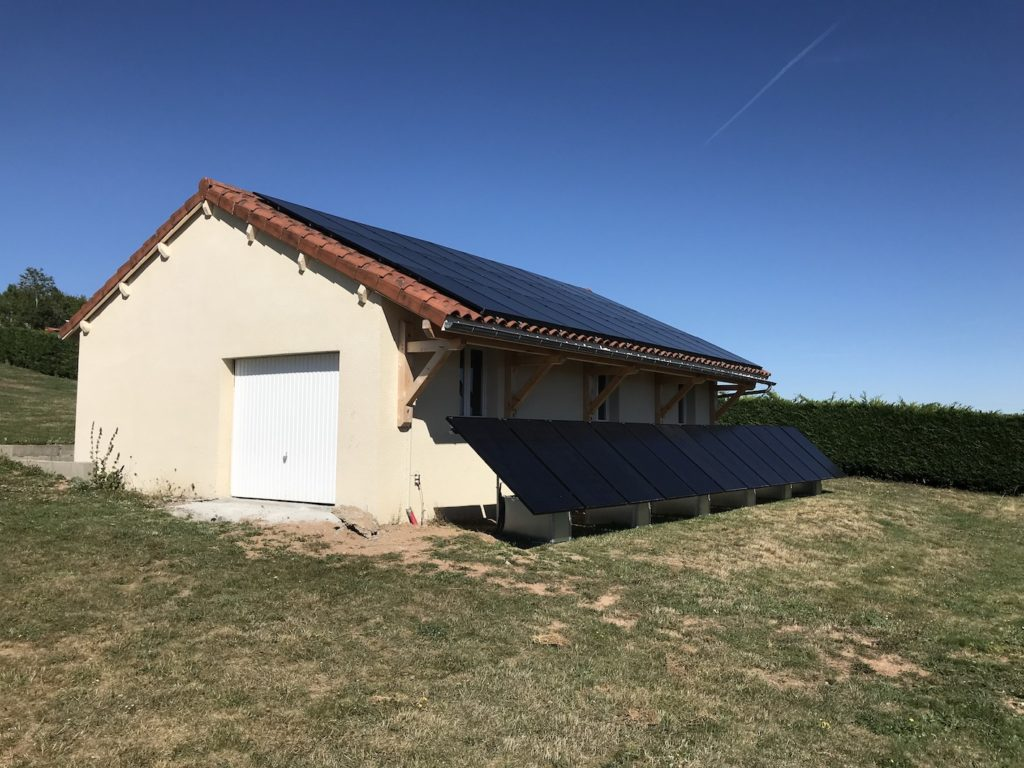 panneau solaire au sol et sur le toit